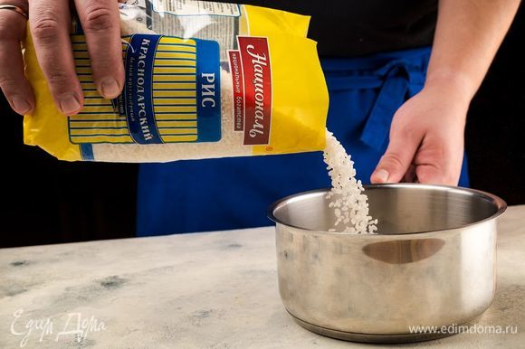 Рис «Краснодарский» ТМ «Националь» залить молоком и варить 15 минут.