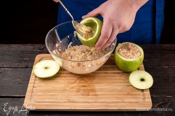 Наполните яблоки начинкой, остатки выложите горкой на каждом яблоке.