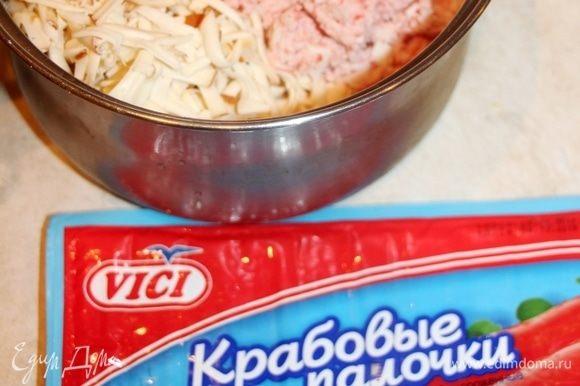 Добавить натертый колбасный сыр, измельченные крабовые палочки ТМ VICI, посолить по вкусу.