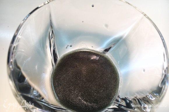 Тюили. Очень простой декор. Смешайте в стакане чернила от кальмара с мукой, водой и 20 мл (примерно 1 ст. л.) оливкового масла до однородной жидкости.