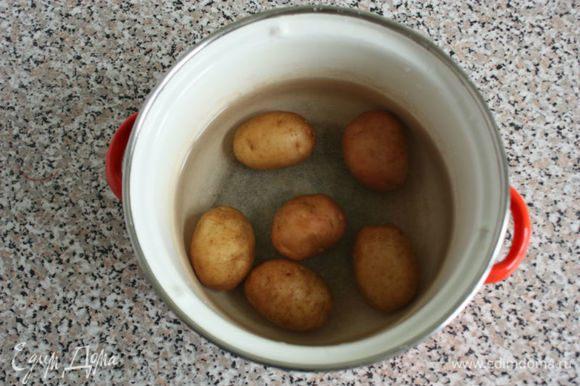 Мелкий картофель тщательно помыть со щеткой и отварить в кожуре почти до готовности. В Исландии картофель чистят только для пюре. Включите духовку на 200°С.