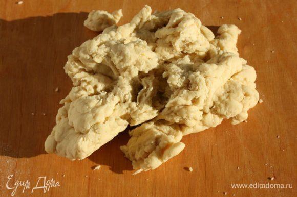Перенесите тесто на рабочую поверхность и тщательно месите до гладкой консистенции. Поначалу оно рассыпается на кусочки. Мука попадается разная, поэтому, если чувствуете, что жидкости маловато, верните тесто в миску и добавьте немного горячего молока, но не увлекайтесь! Тесто должно быть гладким, но тугим. После тщательного вымешивания сформируйте толстую колбаску, оберните пищевой пленкой и оставьте на 1 час при комнатной температуре.