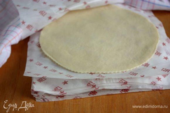 Диски складывать между листами пергамента и обязательно накрывать влажным полотенцем.