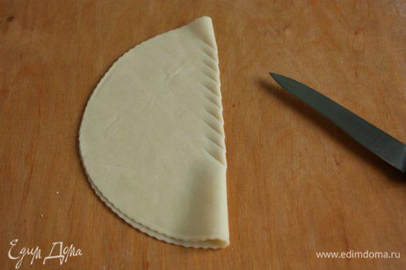 Самый простой способ сделать надрезы: мягко сложить диск в виде полумесяца и ножом косо прорезать тесто через равные промежутки. Повторить в разных местах диска.