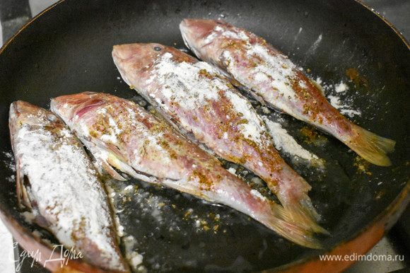 Барабульку ТМ «Магуро» почистить, вынуть внутренности, хорошо промыть. Посыпать солью и перцем, обвалять в муке. Выложить на сковороду с подсолнечным маслом.