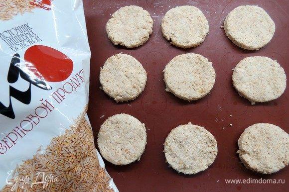 Мокрыми руками формируем шарик, затем приплющиваем его, получается круглая лепешка. Выкладываем наши печенья на пекарскую бумагу или силиконовый коврик. Выпекаем в разогретой до 180°С духовке 20-25 минут.
