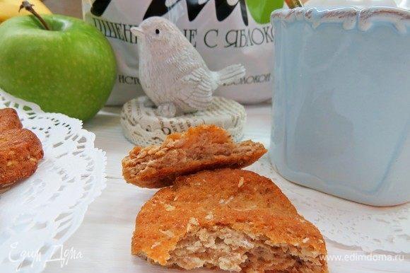 Печенья получаются очень вкусными и в меру сладкими. Отлично подходят в качестве полезного лакомства к чаю или как перекус и взрослым, и детям. Угощайтесь!