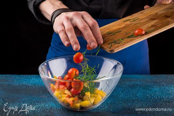Выложить картофель в салатник, влить 2 ст. ложки оливкового масла, все перемешать. Зеленый лук нарезать наискосок и всыпать к картошке. Помидоры черри разрезать пополам и добавить в салат.