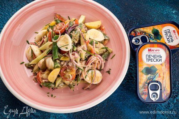 Полить салат заправкой. Перемешать и выложить на тарелку. Приятного аппетита!