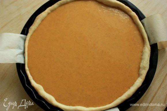 Вылить половину начинки в подготовленную базу и поместить форму на решетку духовки, затем вылить оставшуюся начинку. Выпекать пирог в течении 40-50 минут, пока начинка не загустеет и слегка приподнимется.