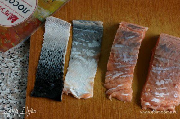 Снять кожу с филе лосося ТМ «МАгуро» и разморозить.