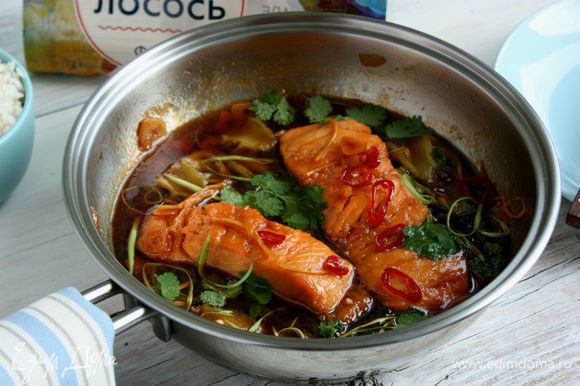 Снять сковороду с огня, украсить сверху луком и кориандром.