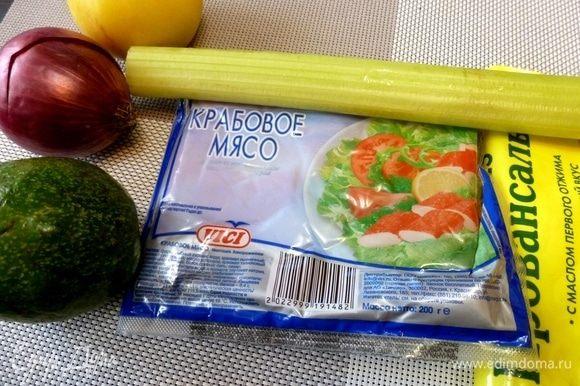 Подготовим необходимые ингредиенты для салата. Для салата ничего варить не надо, если, конечно, вы не захотите взять настоящего краба. Но крабовое мясо от VICI здесь очень гармонично.