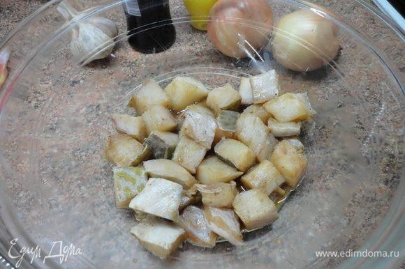 Приготовьте маринад из 1 соловой ложки соевого соуса, 1 ст. ложки лимонного сока и перца и подержите в нем рыбное филе, нарезанное кубиками, пока готовите овощи.