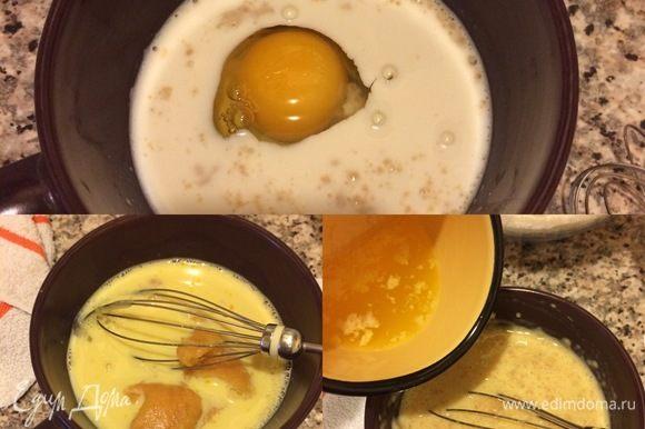 В молоко добавить яйцо комнатной температуры и слегка взбить венчиком. Потом добавить пюре и опять слегка взбить. Затем добавить часть сливочного масла (немного оставить для начинки) и еще раз перемешать.