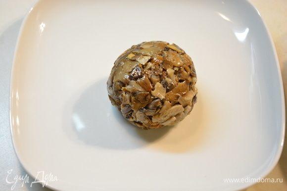 Доставать грибные шарики из морозильной камеры по одному.