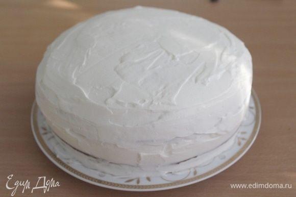 Промазать коржи кремом. Собрать торт, смазать кремом и украсить по желанию.