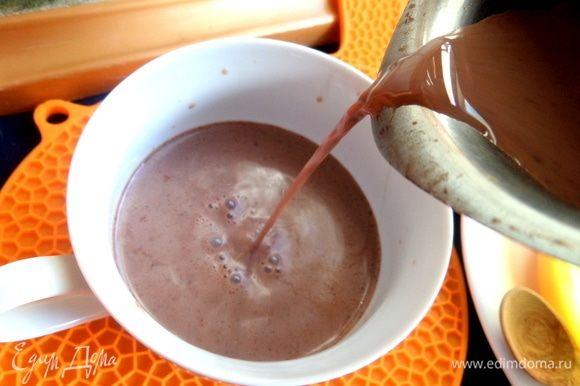 Поставить на огонь и сварить напиток, помешивая, пока шоколад не растворится. Налить в чашку.