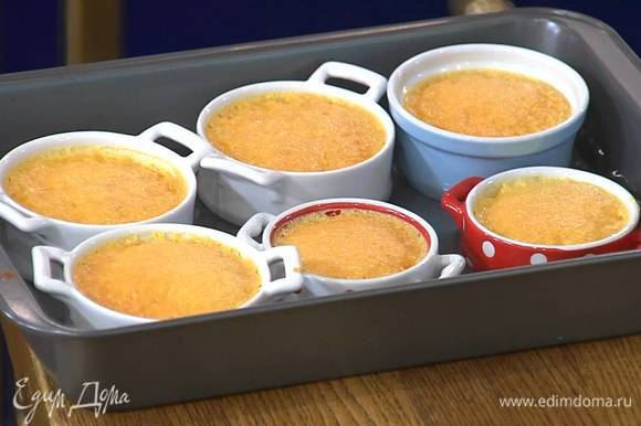 Вынуть крем-брюле из духовки и дать постоять минимум 3‒4 часа, когда десерт полностью остынет, поместить его в холодильник.