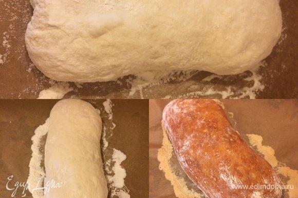 Затем придать тесту форму, накрыть салфеткой и оставить еще на 1 час. В духовку положить противень и нагреть духовку до 220°С. Переложить тесто аккуратно на горячий противень (мне это было сделать легко, так как я работала с тестом на бумаге для выпечки), быстро отправить в духовку, духовку сбрызнуть водой и выпекать хлеб 35 минут.
