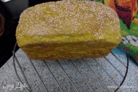 Разогреть духовку до 200°C. Выпекать хлеб 25 минут (10-15 минут при 200°С и 10-15 минут при 180°С). Остудить хлеб в духовке 15 минут, далее вынуть и остудить в форме 15 минут, после хлеб положить на решетку (чтобы дно хорошо продувалось), накрыть полотенцем и дать остыть 1-3 часа.