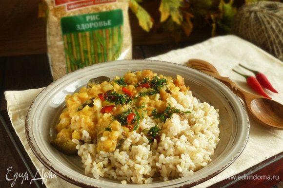 При подаче выложить рис, рагу и пряное масло. Приятного аппетита!