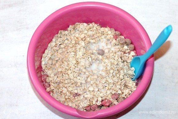 Влить в сухую смесь стакан теплого кефира и перемешать.
