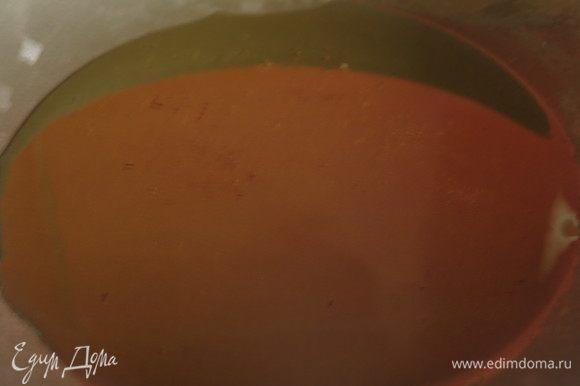 Наливаем масло в сковородку, нагреваем на слабом огне. Мы будем использовать молотые специи, перегревать масло не стоит, тмин и кориандр могут сгореть.