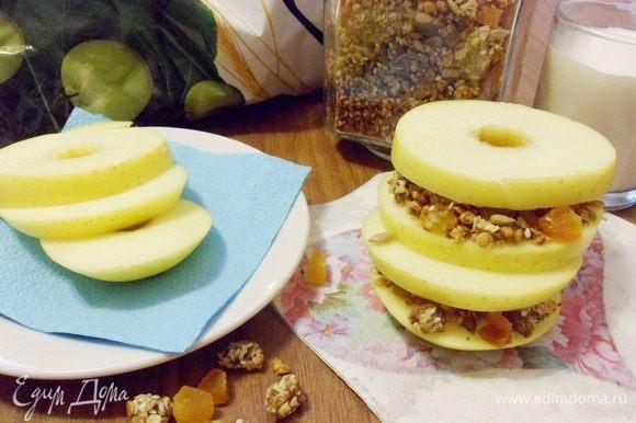Как вариант: бутерброды из яблок и домашней гранолы. Нарежьте яблоко колечками, предварительно удалив сердцевину. Смажьте яблочные колечки миндальным маслом, щедро посыпьте гранолой и накройте еще одним яблочным колечком по принципу бутерброда. Блюдо очень простое и очень легкое в приготовлении, и, что немаловажно, вкусное и низкокалорийное, а значит, подойдет для дам, следящих за фигурой.