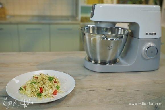 Заправьте салат соусом и подавайте к столу! Приятного аппетита!