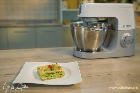 Полейте лазанью сверху оставшимся соусом бешамель, посыпьте тертым сыром. Отправьте форму с лазаньей в духовку примерно на 30–40 минут.