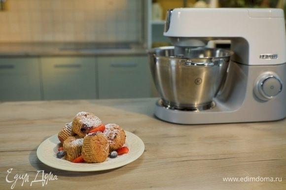 Наполните формы для маффинов тестом на треть, выложите свежие ягоды, затем заполните тестом еще на треть и поставьте в духовку на 45–50 минут.