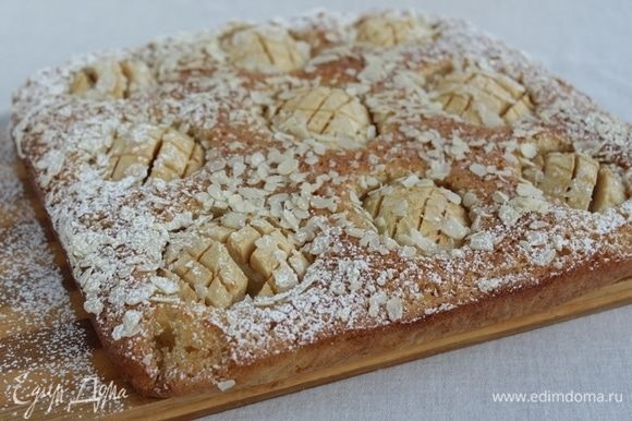 Посыпать пирог сахарной пудрой.