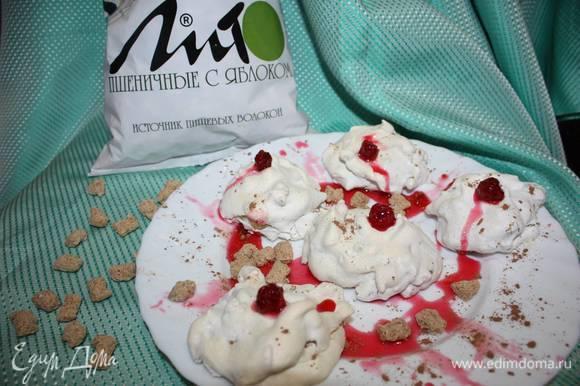 Украсить «Хворост под снегом» можно с помощью варенья из ягод.