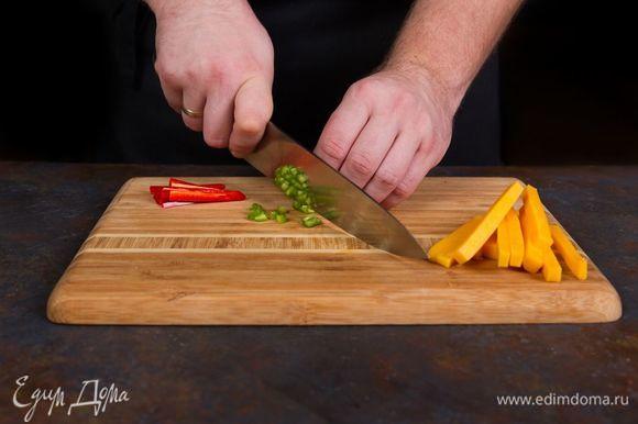 Измельчите перец чили, сыр нарежьте брусочками.