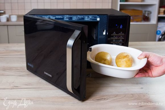 Крупный картофель не чистите, хорошо промойте. В нескольких местах проткните вилкой и поместите в микроволновую печь с грилем Samsung MW3500K на 12 минут при мощности 800 Вт.