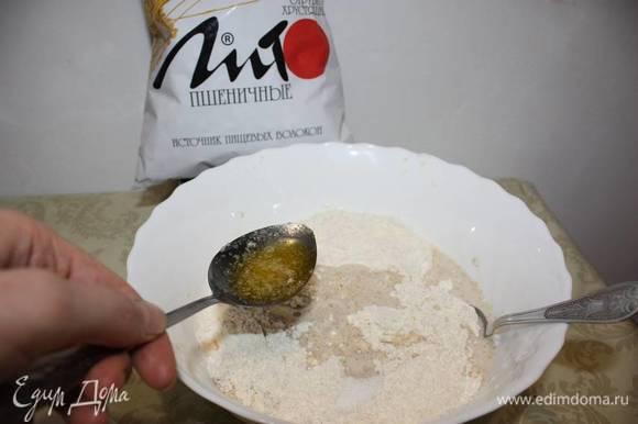 Далее прибавлеются другие составные продукты. Обратите внимание, что сливочное масло добавляем в растопленном виде (охлажденное). Все перемешивается.