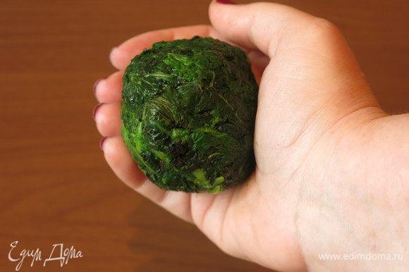 Зелень остыла, вынимаем ее из воды и тщательно отжимаем.