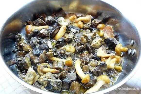 Лесные грибы промываем, добавляем к луку, перемешиваем, солим и перчим по- вкусу, добавляем тимьян и мелко нарезанный чеснок, еще раз хорошо перемешиваем и готовим 15-20 минут.