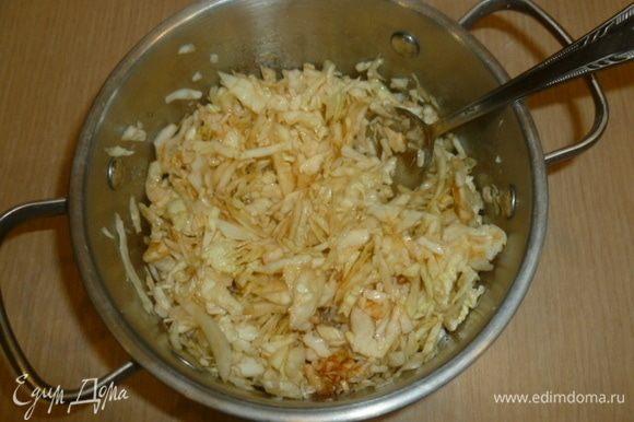 Капусту нашинковать, добавить сахар и уксус. Хорошо размять руками, чтобы капуста дала сок. Добавить соус чили, перемешать и оставить мариноваться, пока варится рис.