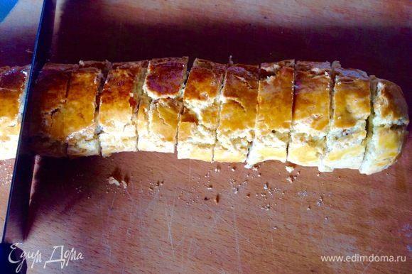 Тем временем теплые еще колбаски разрезаем на пропорциональные кусочки с помощью очень острого ножа с лезвием пилка. Если нож ровный и тупой, вы просто разрушите крохкое печенье на кусочки.