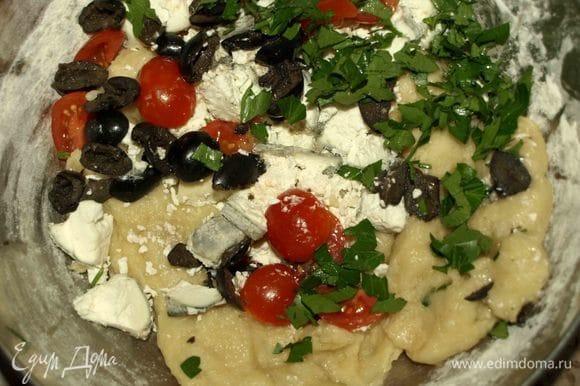 Разрезаем 6 помидоров черри на две половинки (остальные 6 шт. пойдут на украшение). Козий сыр (у меня серый козий сыр) режем на кусочки (можно заменить фетой). Маслины разрезаем на несколько частей. Петрушку мелко рубим. Все продукты добавляем к тесту. Соль и перец по вкусу.