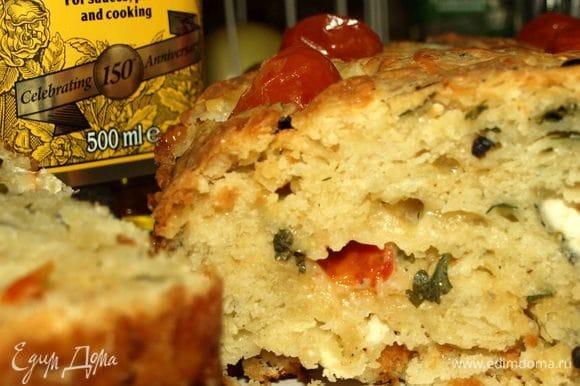 Вот такой хлеб в разрезе. Подавать его можно с салями, острыми колбасками, ветчиной. Хлеб хорош в теплом и холодном виде.