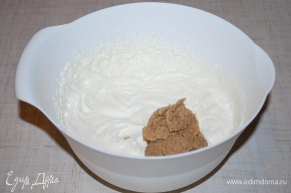 Добавим пасту грецкого ореха и все хорошо перемешаем до однородности. Крем готов.