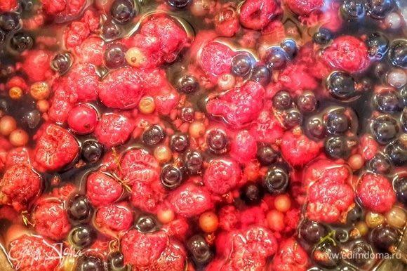 Соединить ягоды, красное вино, коричневый сахар, соль, перец и довести до кипения.