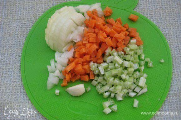 Очистить овощи, нарезать кубиком. Зубчик чеснока разрезать вдоль.