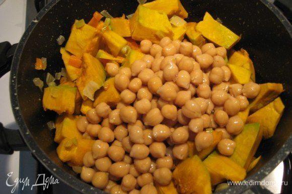 Для супа я использовала уже готовый консервированный нут, с него нужно слить жидкость. Добавить нут и тыкву к овощам.