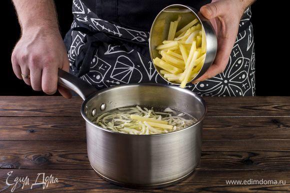 Положите в мясной бульон капусту и картофель, доведите до кипения.