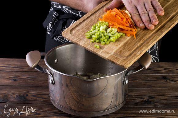 Отправьте овощи в кастрюлю.