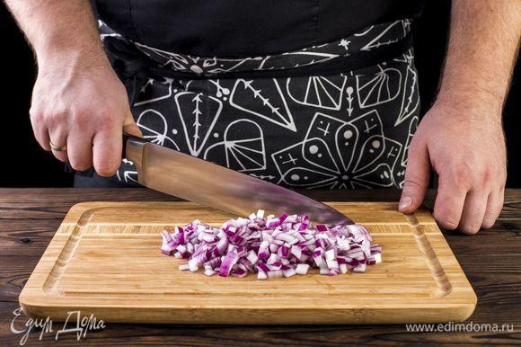 Нарежьте мелко лук.